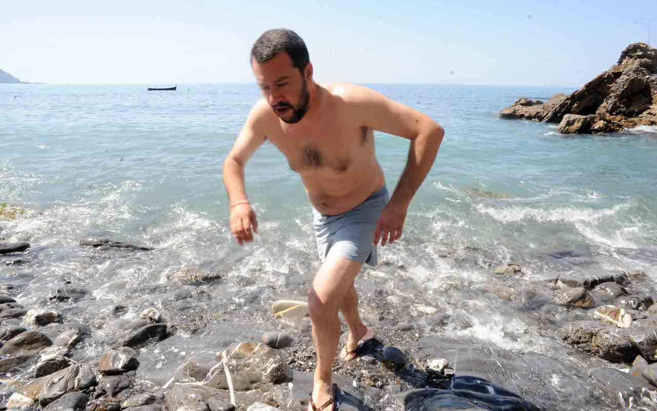 Per la sinistra Salvini è colpevole di usare il costume in spiaggia