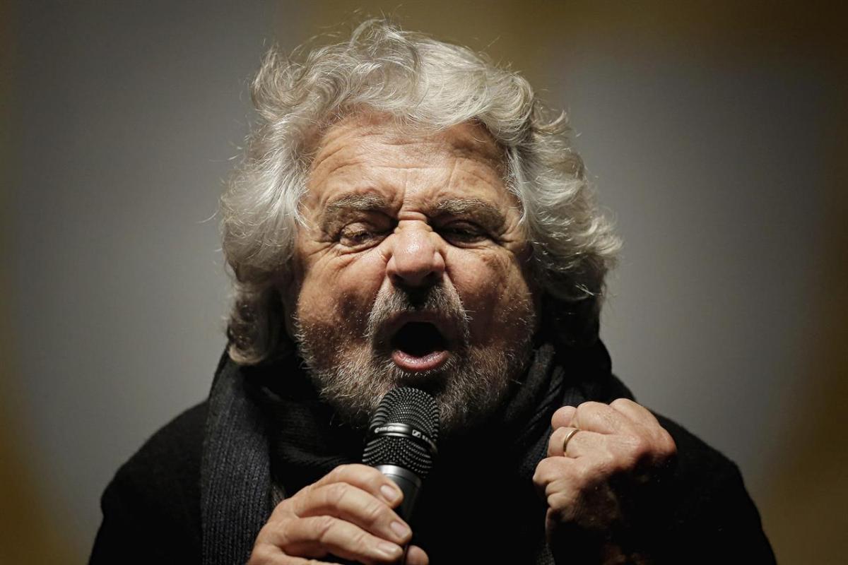 """""""Io sono l'Elevato, voi il nulla"""", Grillo tratta da merdaccia la folla che tuttavia applaude"""
