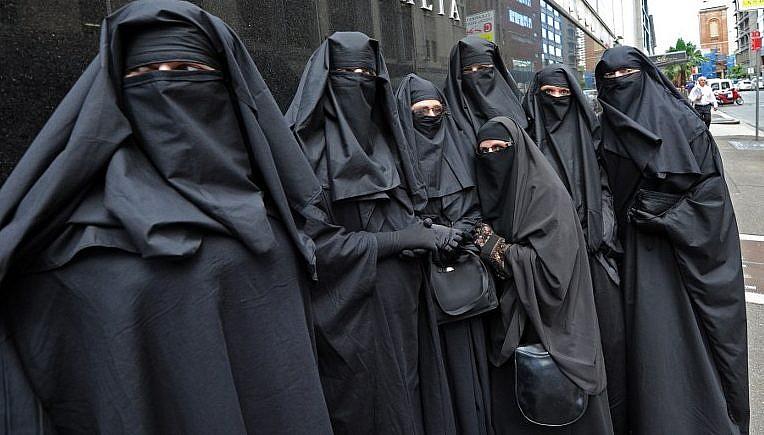 """Cari islamici radicali, avete sfrattato pure Gesù Bambino, ma forse dovreste sloggiare voi <br> Ci chiamate con disprezzo """"infedeli"""", ma qui siete ospiti"""