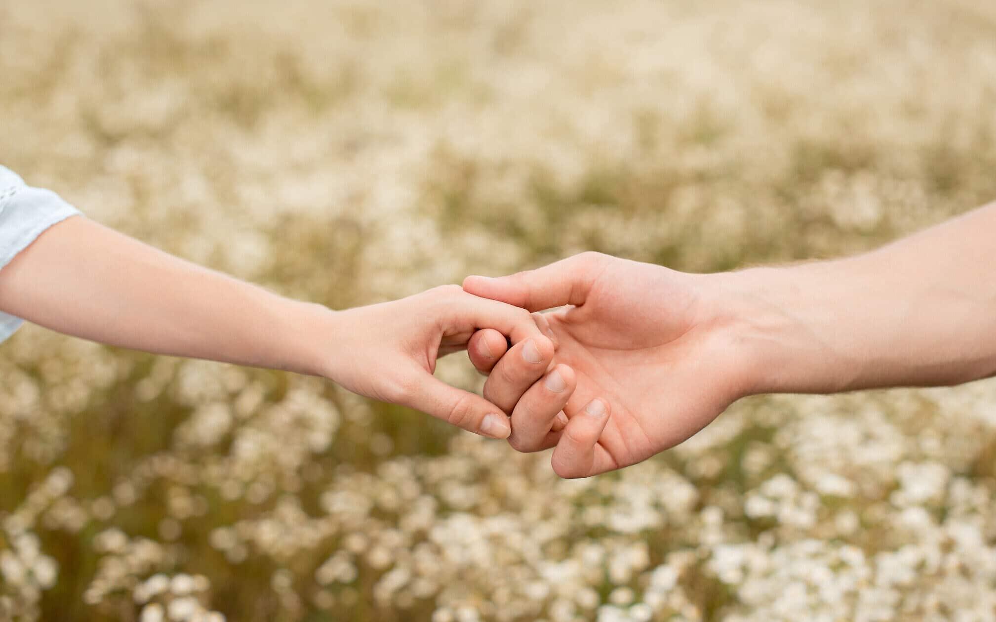 Stringere la mano di chi ci sta accanto lenisce il dolore <br> L'amore è un analgesico naturale <br> Non ci resta che innamorarci