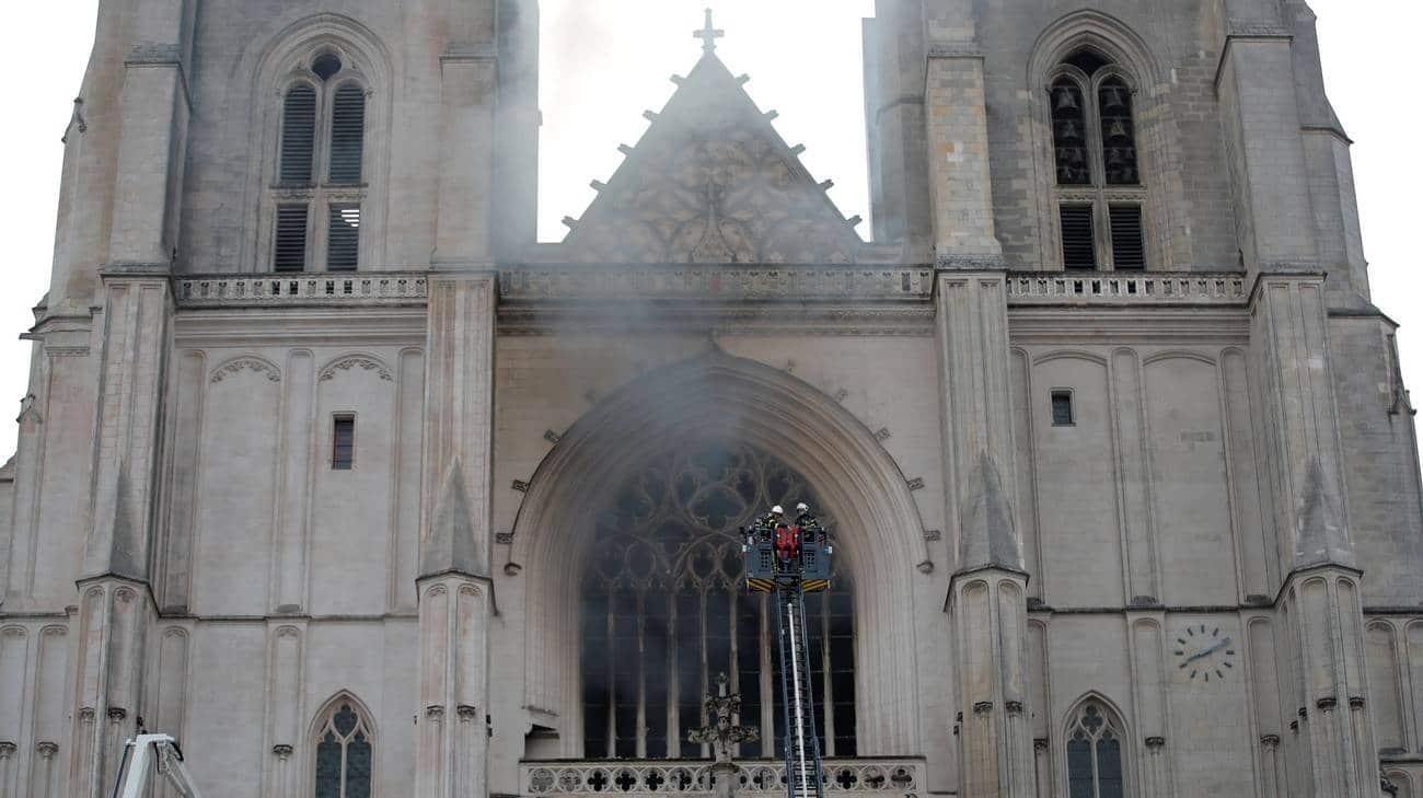 In Francia brucia un'altra cattedrale <br> Solo nel 2018 furono 1.063 gli atti vandalici contro luoghi sacri, nel 2017 invece 1.038 <br> E l'Europa sottomessa all'islam tace