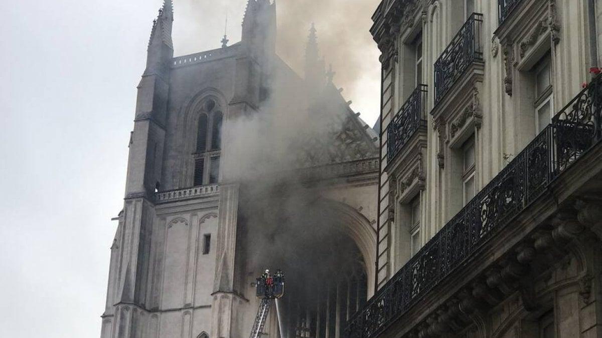"""""""Non mi rinnovi il visto e io ti brucio la cattedrale"""" <br> L'immigrato che ha appiccato il fuoco a Nantes confessa: """"Ero arrabbiato"""" <br> E c'è già chi tenta di giustificarlo"""