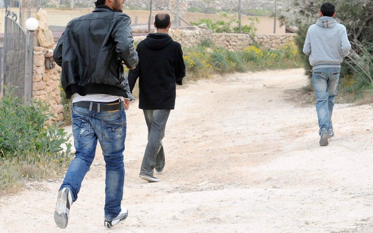 30 migranti fuggiti dal centro di accoglienza in Sicilia <br> Non accettavano regole e quarantena e hanno scatenato una violenta rivolta <br> Ed è solo l'inizio