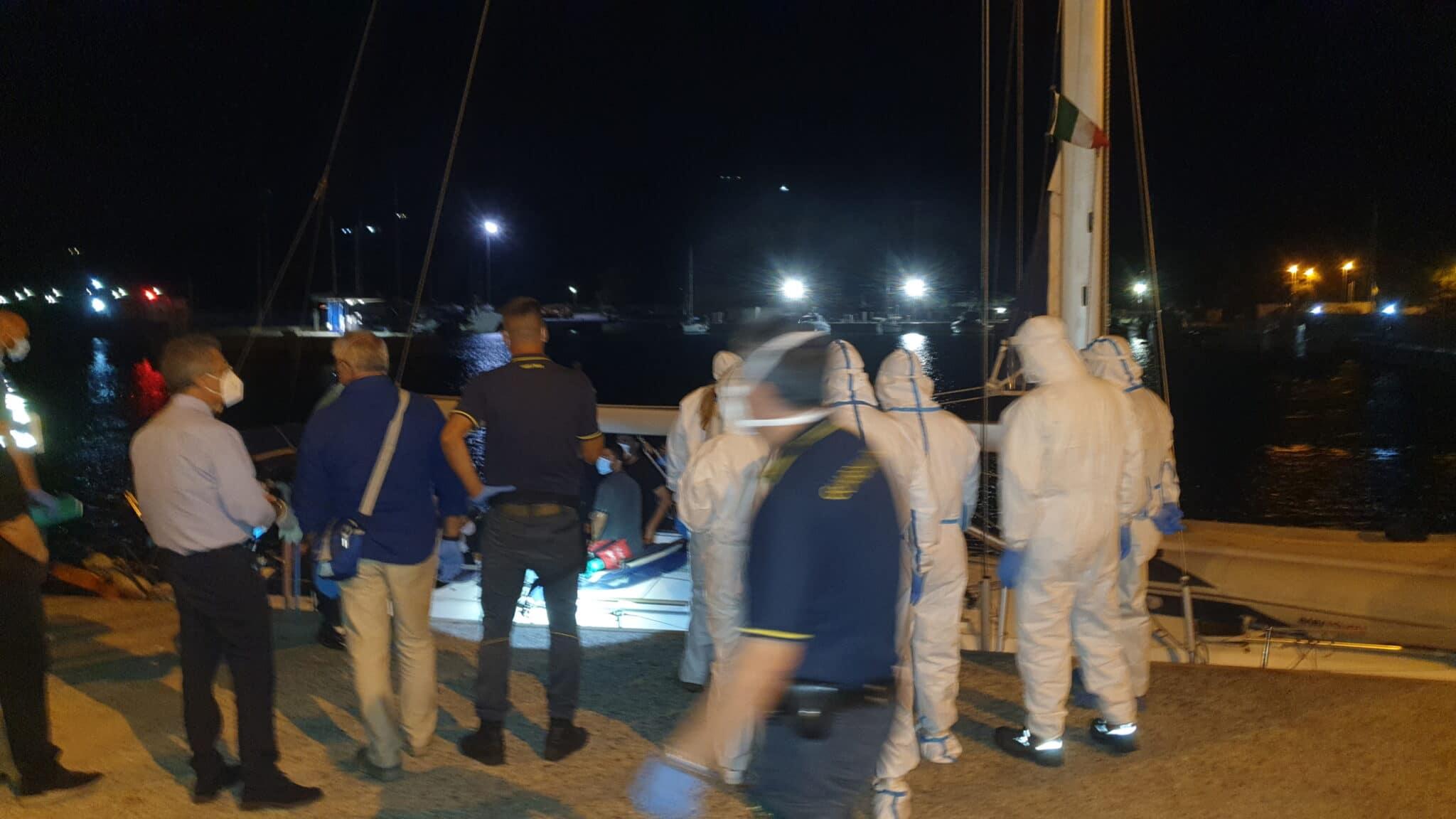 Importiamo contagiati: positivi 28 migranti sui 70 sbarcati ieri in Calabria <br> Regioni chiuse per mesi, porti sempre aperti