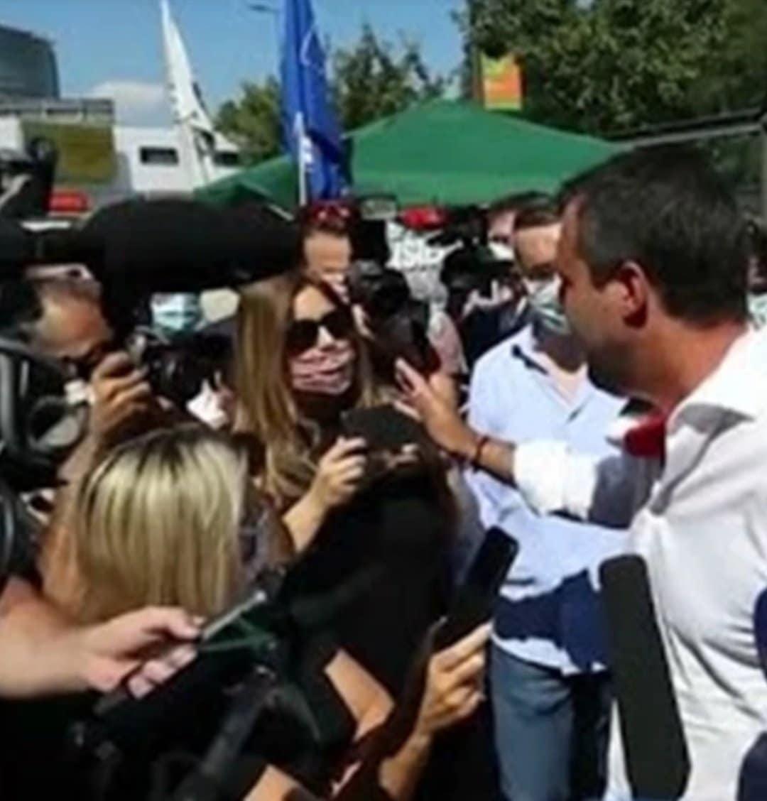 Lucarelli critica Fontana che indossa la mascherina, poi Salvini che non la indossa <br> Intanto lei la porta a metà