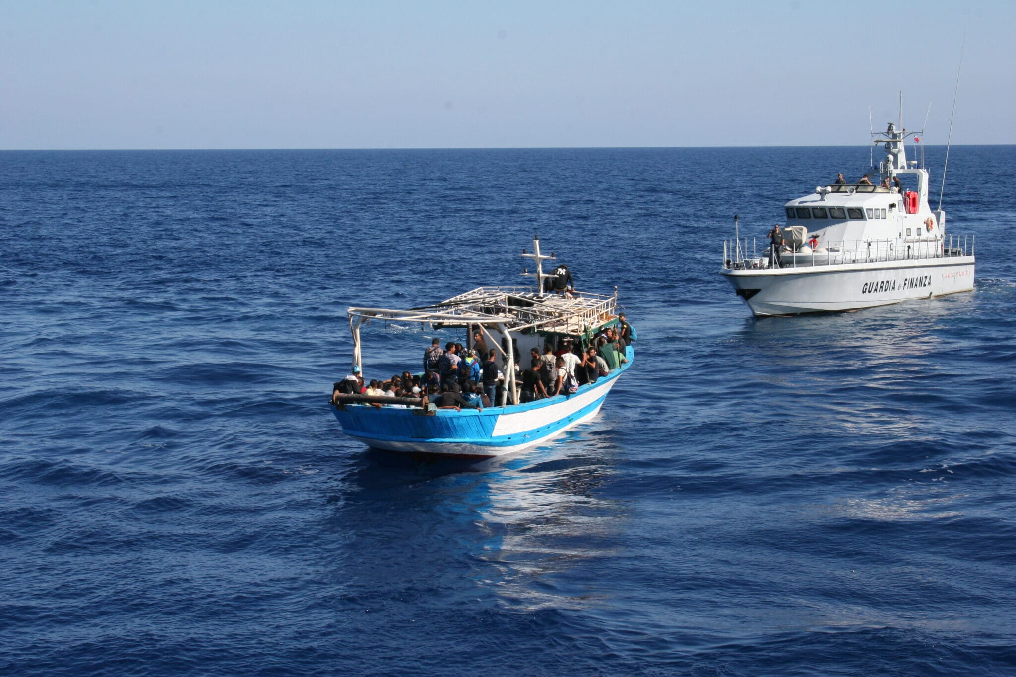 """I pescherecci tunisini trasportano """"merce umana"""" nelle nostre acque territoriali <br> La Tunisia non interviene, sebbene Di Maio le abbia fornito di recente 50 milioni di euro <br> Tasche e porti aperti"""