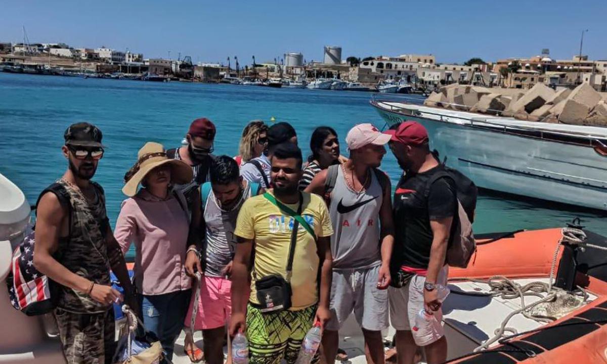 """""""Migranti in pantaloncini e sigaretta in mano per fingersi turisti"""", spiega il Corriere <br> Semmai è il contrario: si fingono profughi <br> E la tunisina dichiara: scappo dalla Tunisia perché lì ci sono le carceri"""