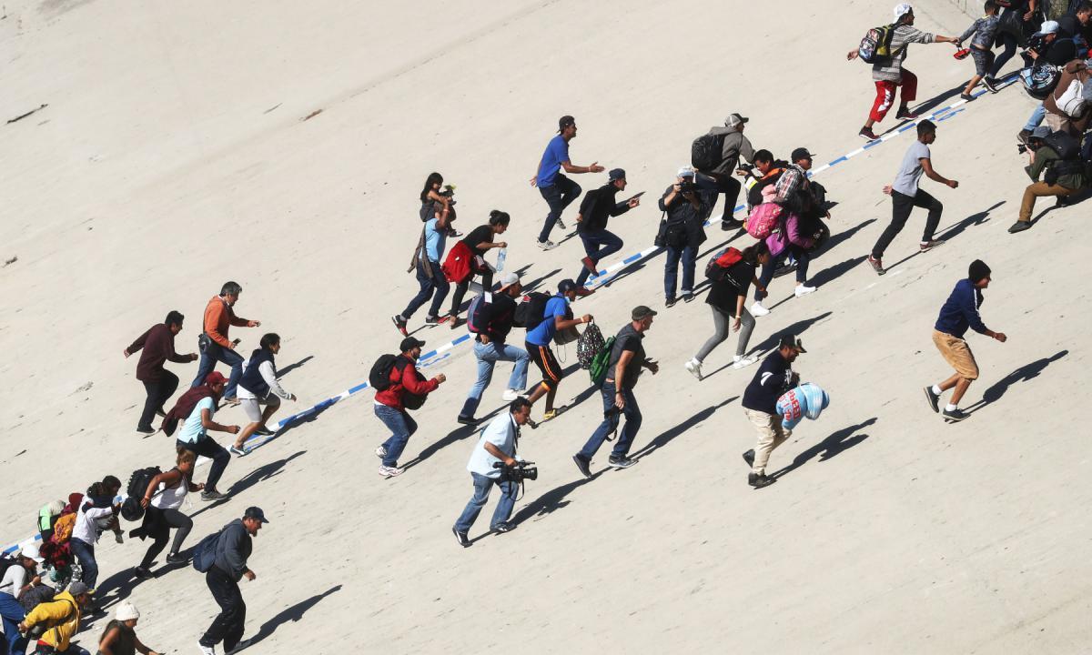 """""""Dacci oggi la nostra fuga quotidiana"""" <br> Altri 100 migranti eludono la quarantena <br> Scappati in massa dal Cara di Caltanissetta"""