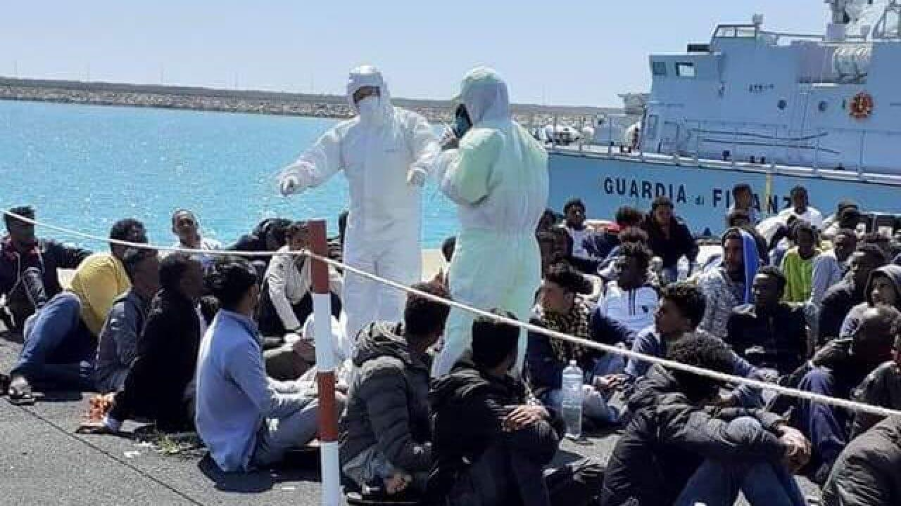 Dei 62 migranti trasferiti in Basilicata 36 sono risultati positivi al corona <br> A Lampedusa i test avevano dato esito negativo <br> Portiamo a spasso per la penisola soggetti contagiosi