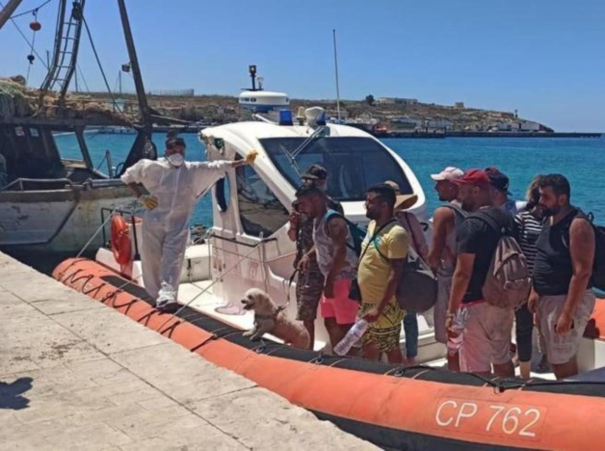 I migranti sbarcano con bagagli e cagnolino <br> Più che profughi sembrano turisti in vacanza a nostre spese