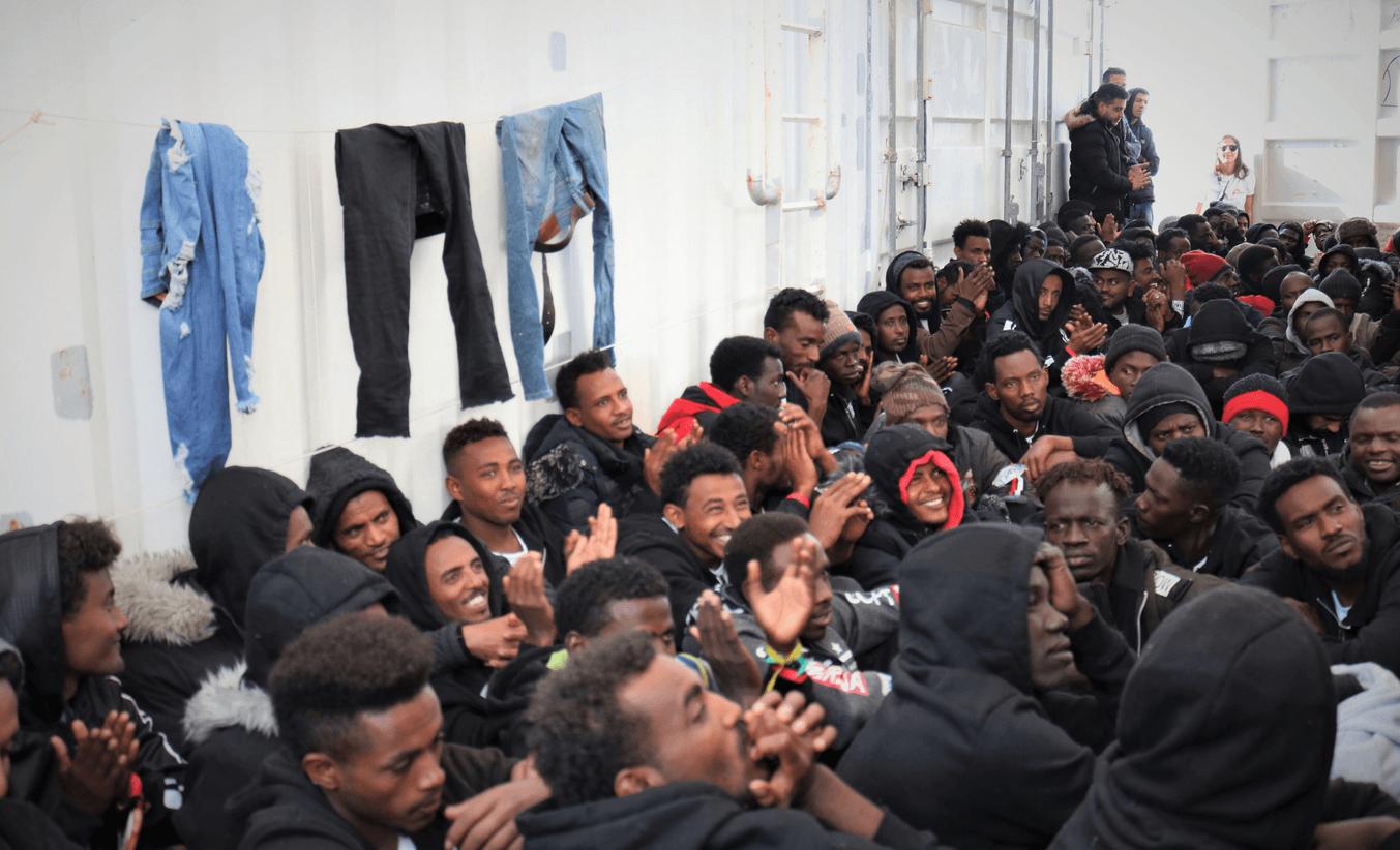 """Nuovo focolaio in Veneto: 129 migranti positivi a Treviso <br> Ma per Boschi siamo stati noi a portare l'infezione in Africa e per Lopalco i virus """"non viaggiano sul barcone"""""""