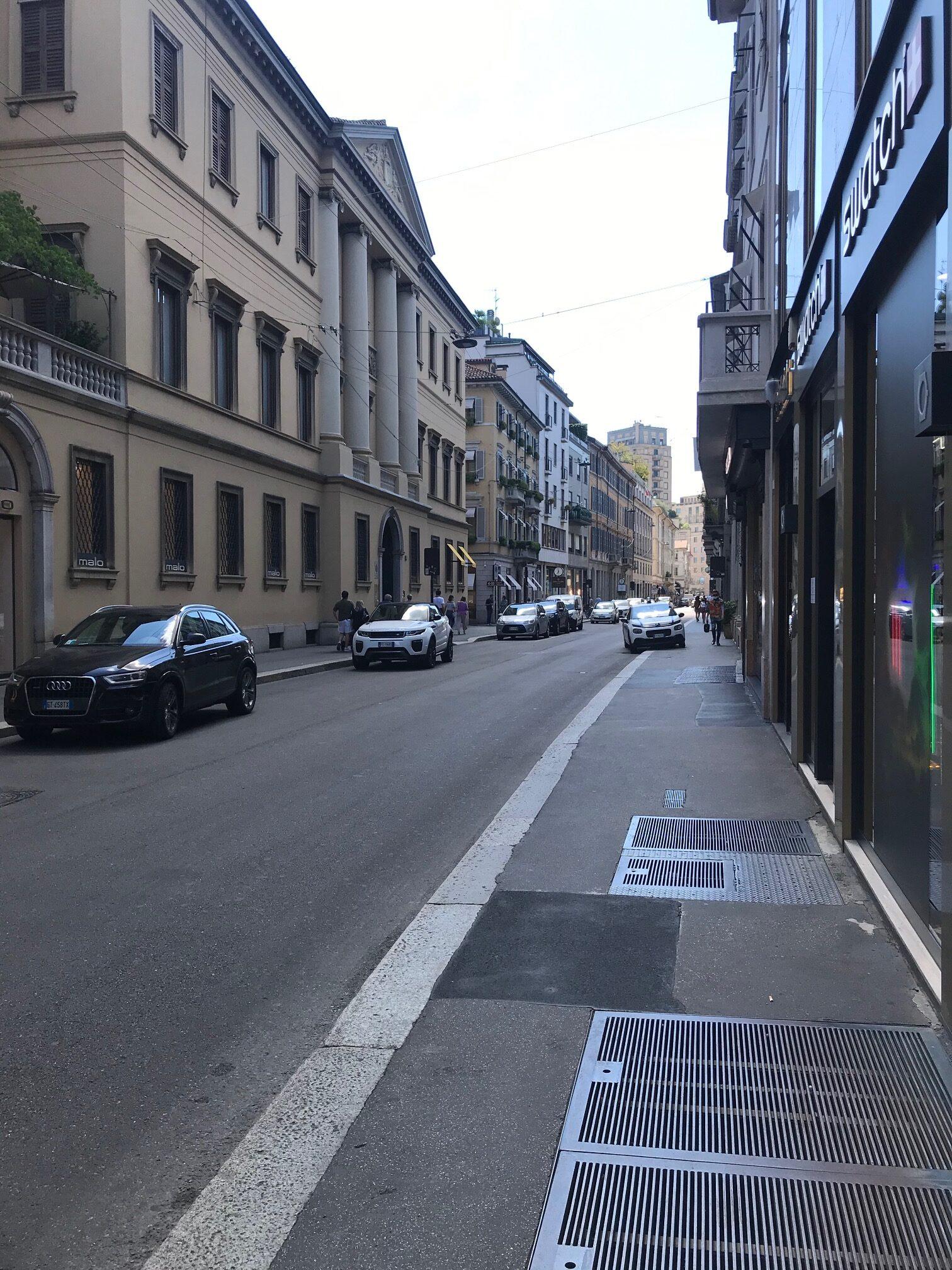 Via Monte Napoleone quasi deserta <br> Il settore del lusso si impoverisce