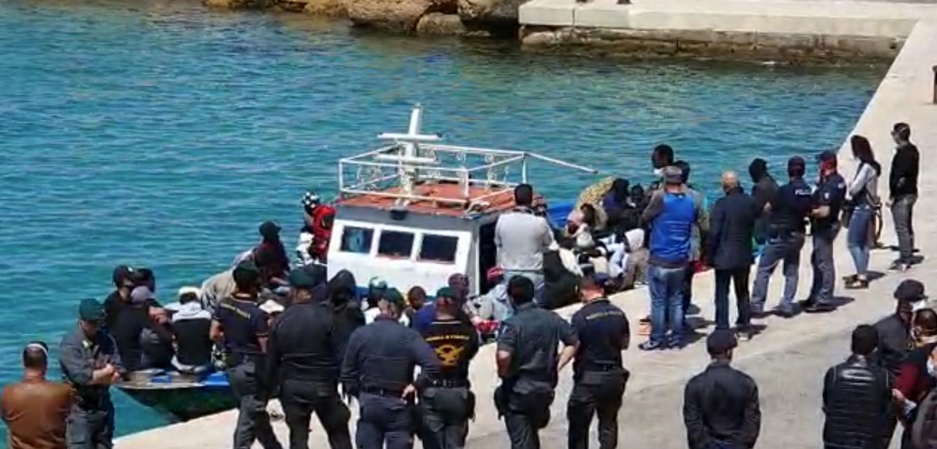 Altre centinaia di migranti in fuga in questo momento <br> Dopo Caltanissetta ieri sera, Porto Empedocle ora <br> Non c'è più pace per gli abitanti del Meridione