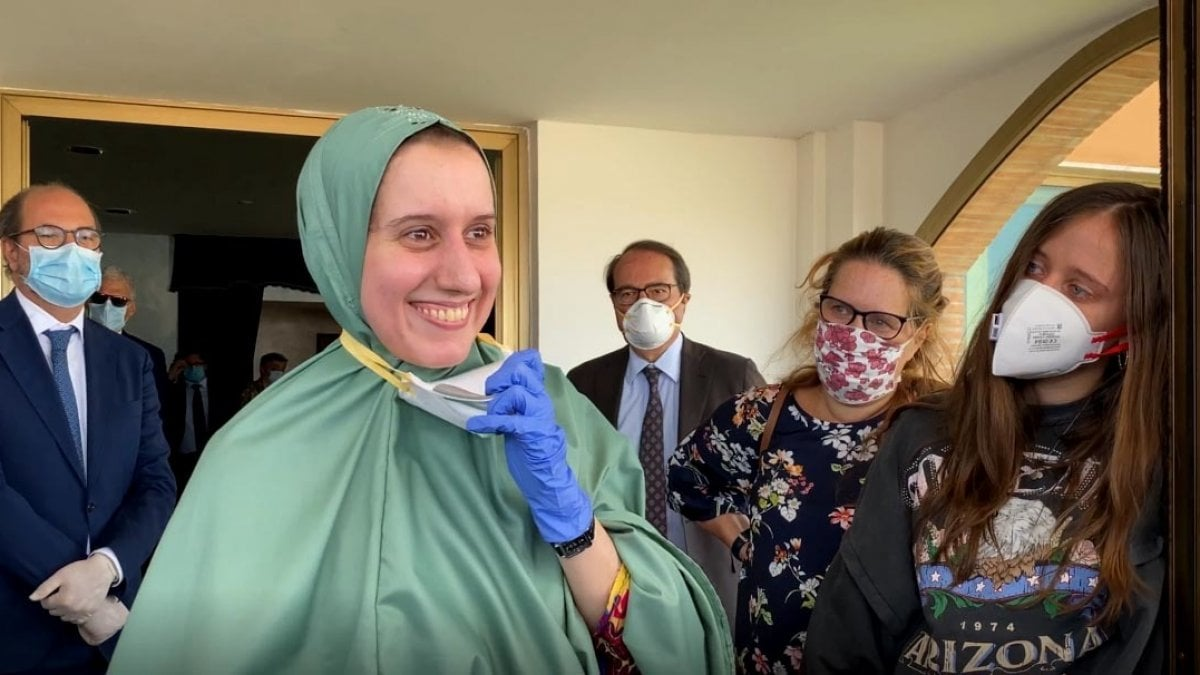 """""""Prima del sequestro ero ignorante"""" <br> Silvia Romano difende il velo: """"Dio mi chiede di indossarlo"""" <br> Il rapimento? Un disegno divino"""