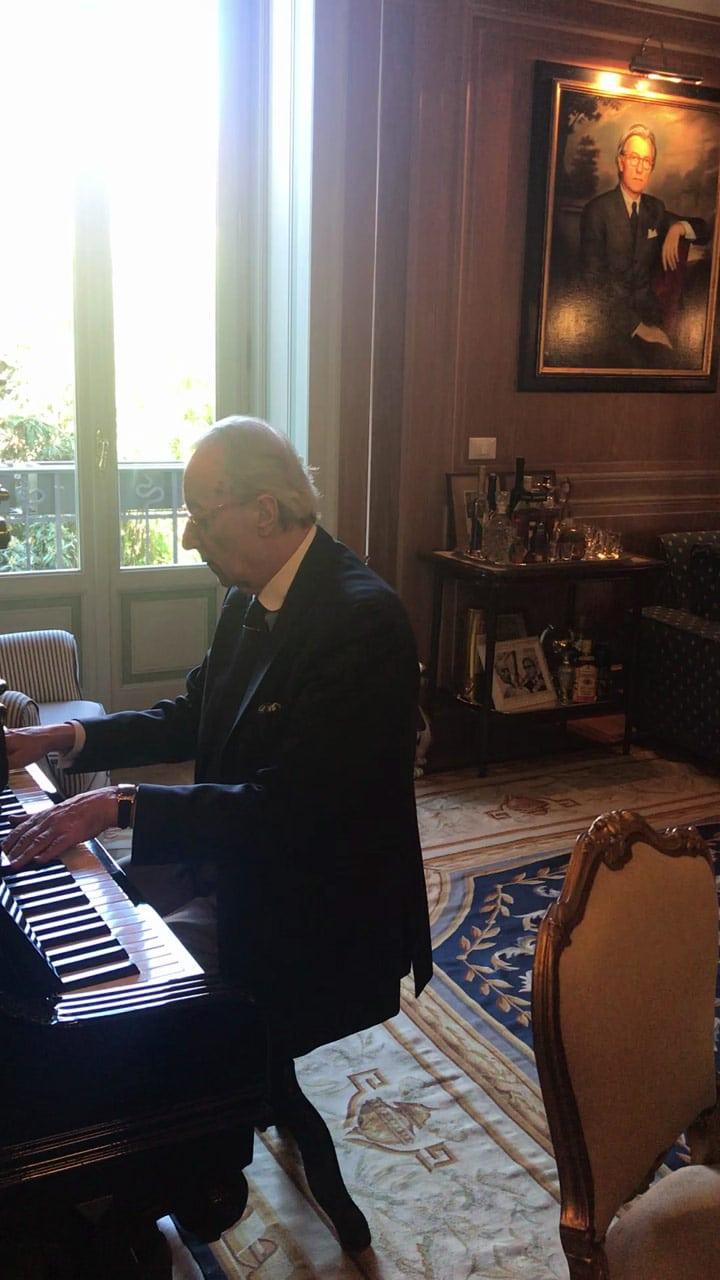 Vittorio Feltri suona il piano e incanta il gatto Ciccio