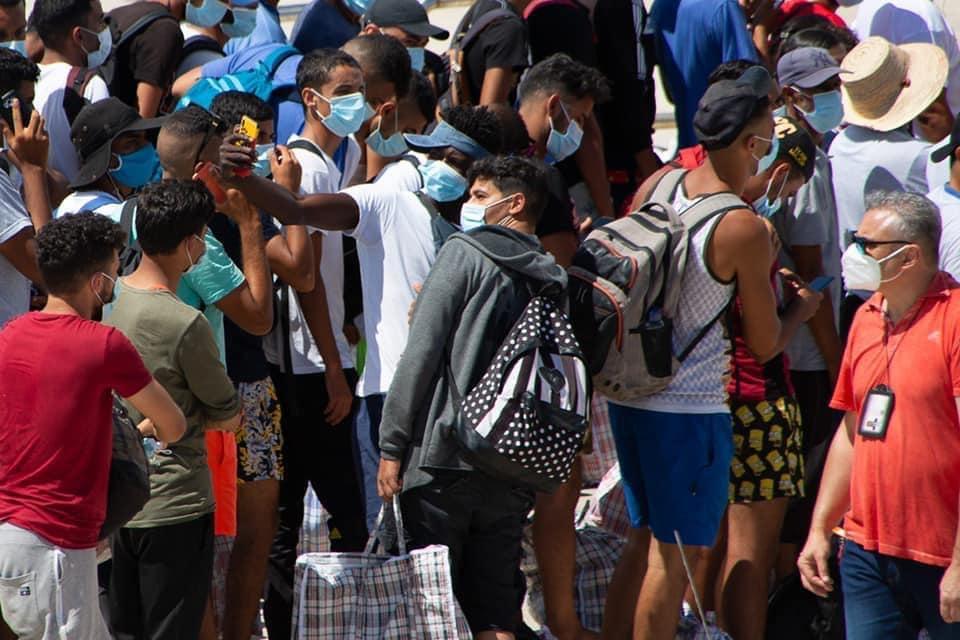 I migranti si scattano selfie prima dell'imbarco sulla nave quarantena costata 4 milioni di euro per 101 giorni <br> Altro che profughi: questa è la più grande truffa subita dagli italiani