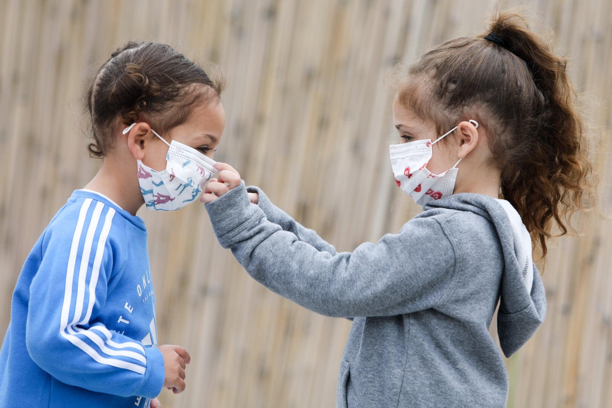 Costringere i fanciulli sopra i 6 anni ad indossare la mascherina in classe è una tortura.<br> E potrebbe rivelarsi dannoso