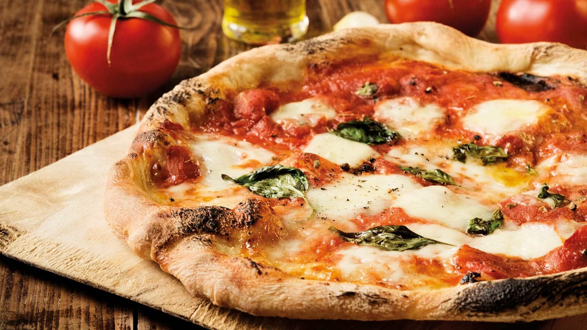 Gli italiani mangiano oltre 8 milioni di pizze al giorno.<br> La scienza spiega perché siamo così ghiotti di questo alimento che crea dipendenza e ci rende felici