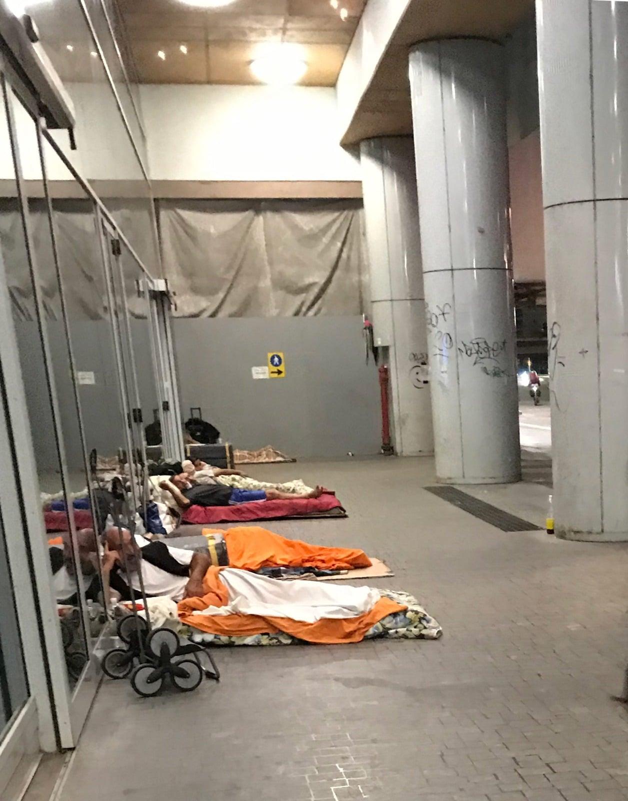 Il lockdown ha fatto 700 mila disoccupati.<br> Viaggio nel cuore di Milano, tra coloro che hanno perso tutto e ora dormono sul marciapiede.