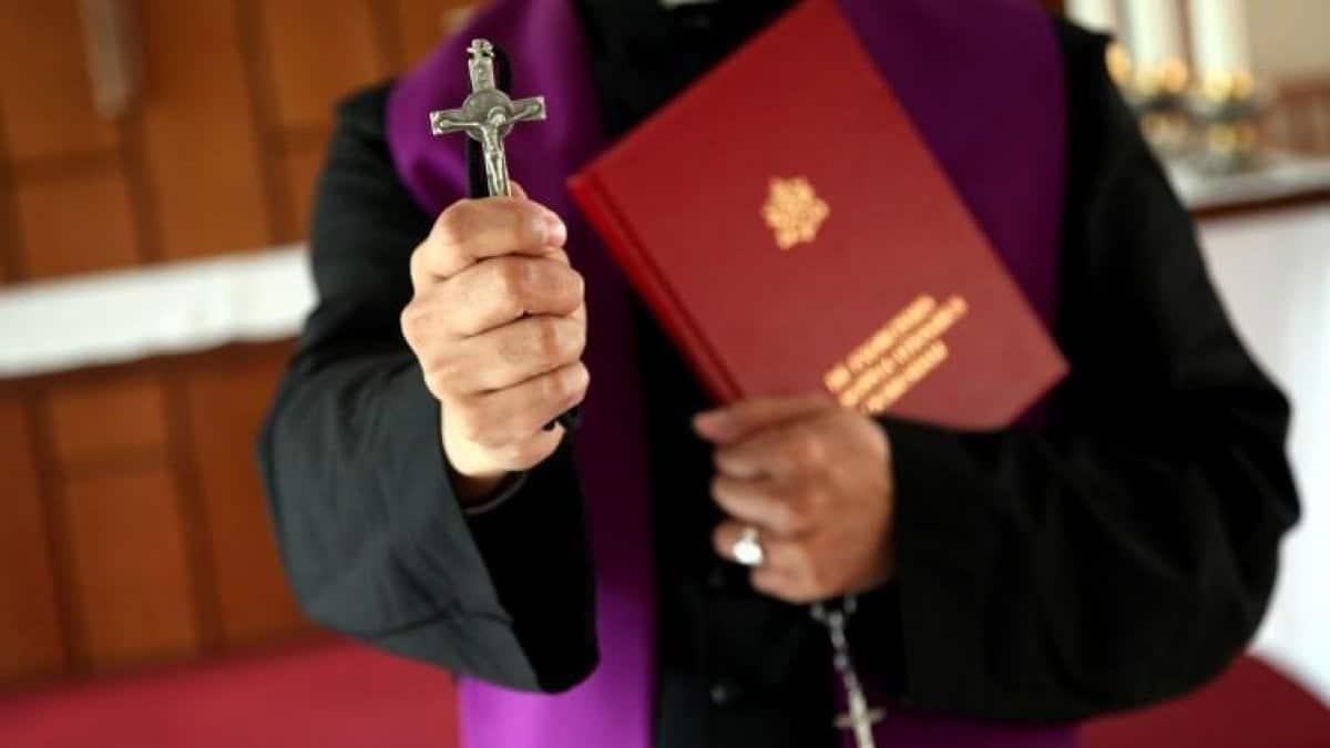 Il Covid ha messo in crisi persino Satana: diminuiti gli esorcismi.<br> I preti: allontanare il demonio indossando guanti e mascherine o attraverso il telefono non è facile
