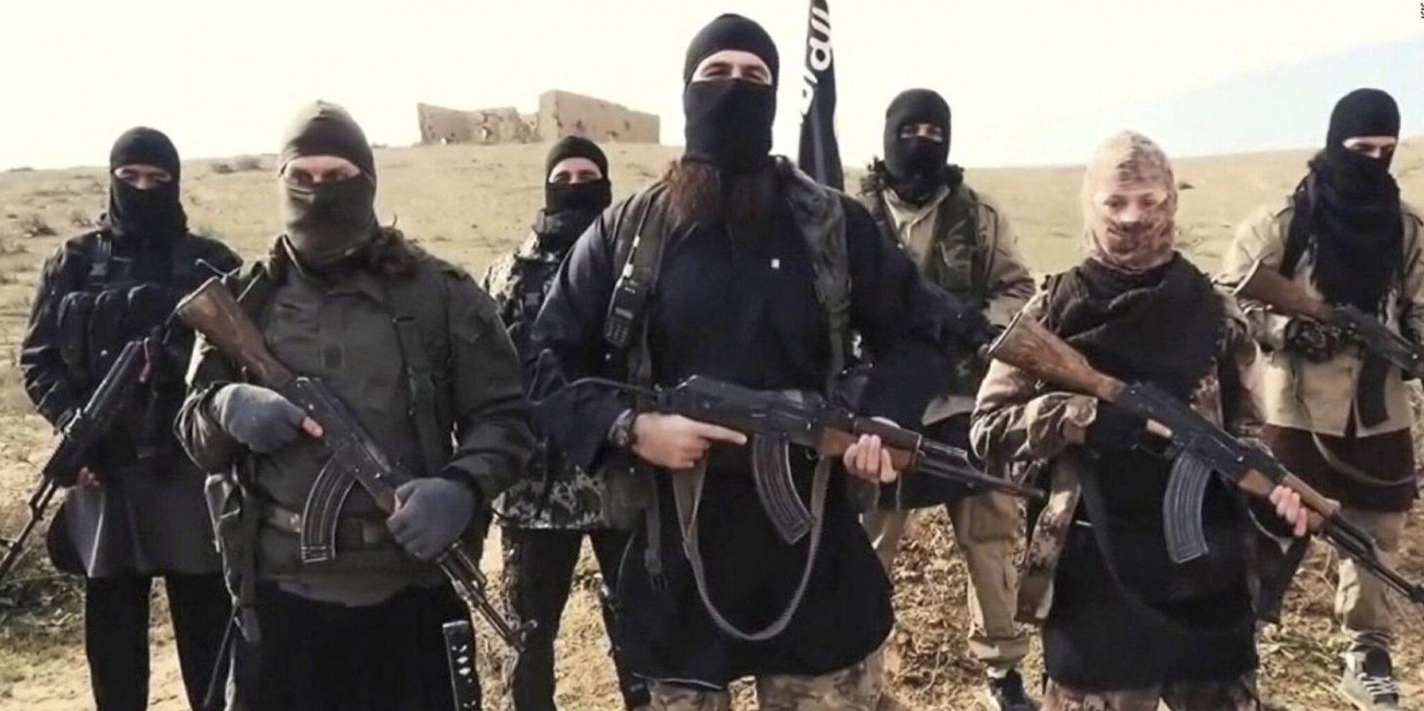 """Isis e Al Qaeda tornano a minacciare l'Europa: """"Vi puniremo ancora"""".<br> La nostra intelligence avverte: sui barconi possibili infiltrazioni di terroristi.<br> Ma il governo se ne frega: accoglie chiunque"""