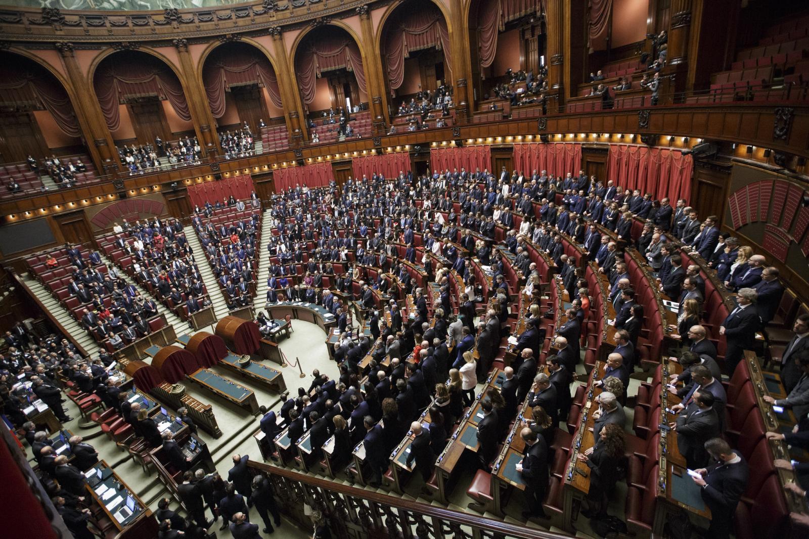 L'attuale Parlamento è incostituzionale? Sul piano giuridico, no. Su quello politico, sì. Per la maggioranza, il taglio garantisce l'efficienza delle Camere. Quindi perché Pd e M5s tengono in vita un organismo inadeguato?