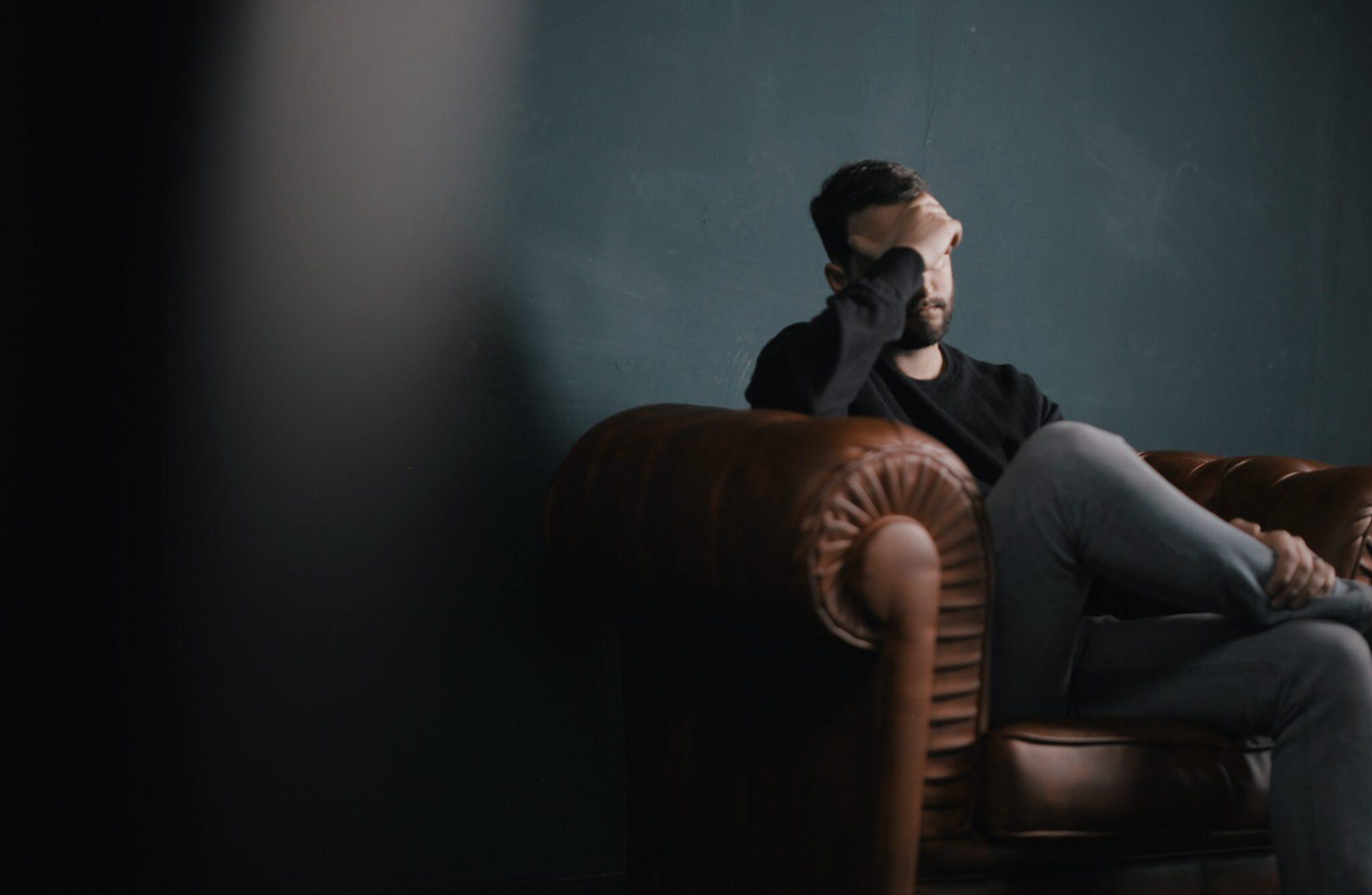 Sindrome del maschio irritabile: pure gli uomini hanno il ciclo e diventano insopportabili.<br> Nervosismo, stanchezza, gonfiore, sensibilità emotiva, cefalea, disturbi del sonno, questi ed altri sono i sintomi più frequenti
