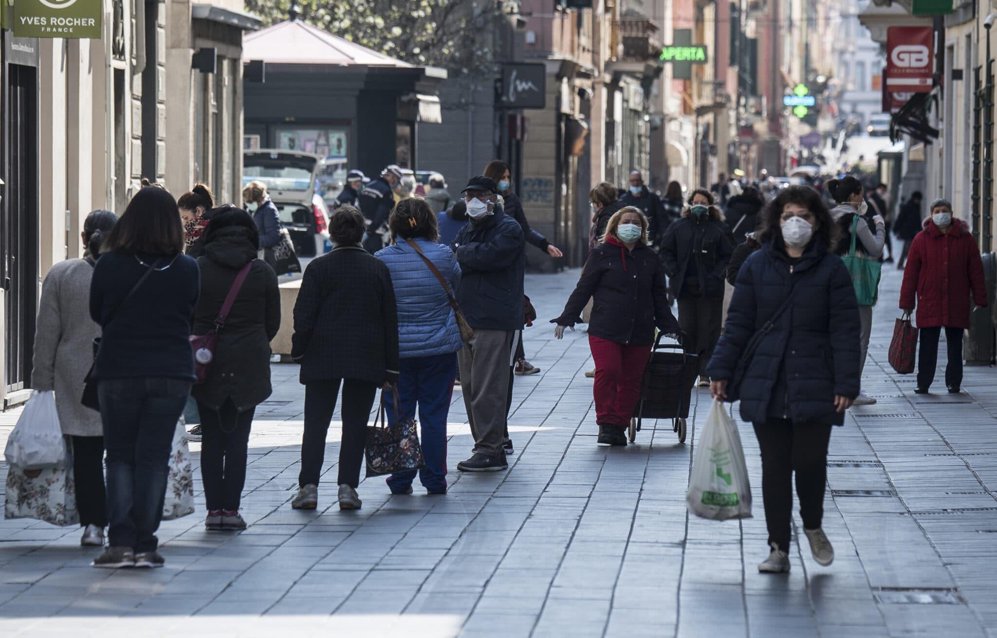 Italiani insofferenti: non intendono stare a casa e vanno a zonzo. Del resto, il Dpcm vieta il lavoro ma autorizza il bighellonaggio.<br> Misure inefficaci contro il virus però efficaci nel distruggere l'economia