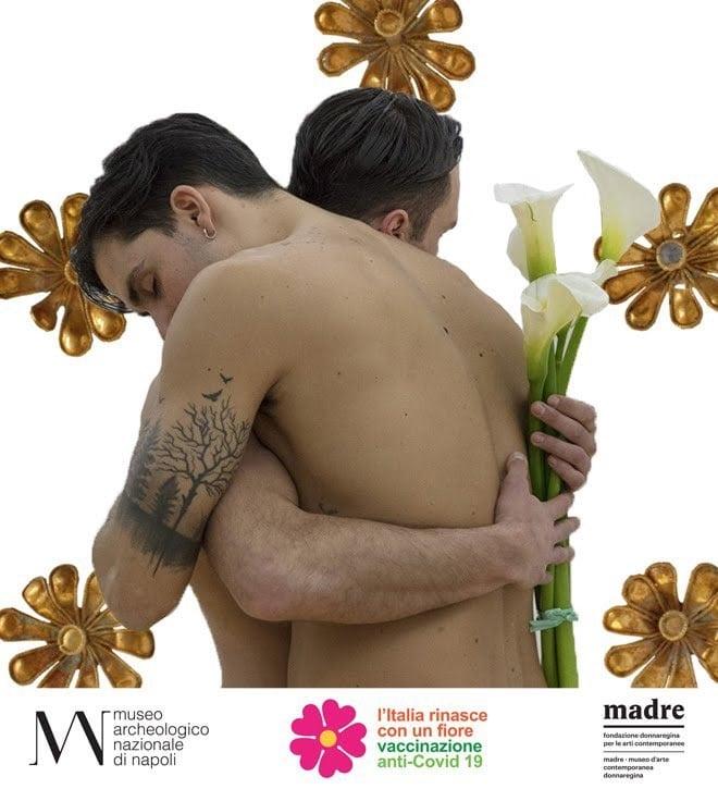 Franceschini scomoda le Arti per pubblicizzare la vaccinazione.<br> Sul manifesto del Museo di Napoli due gay si abbracciano.<br> Il messaggio è: chi non è omofobo si vaccina