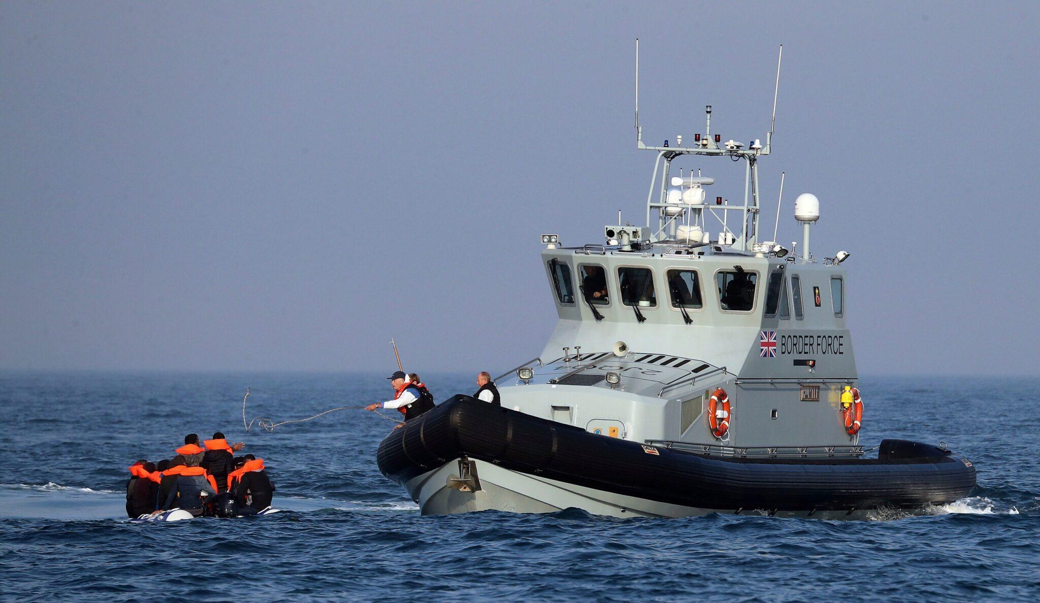 Che crudeltà caricare sui gommoni bimbi inermi! Succede nel Mediterraneo e pure nella Manica.<br> In Inghilterra aumentano gli sbarchi clandestini.<br> Genitori irresponsabili, ma guai a farlo notare