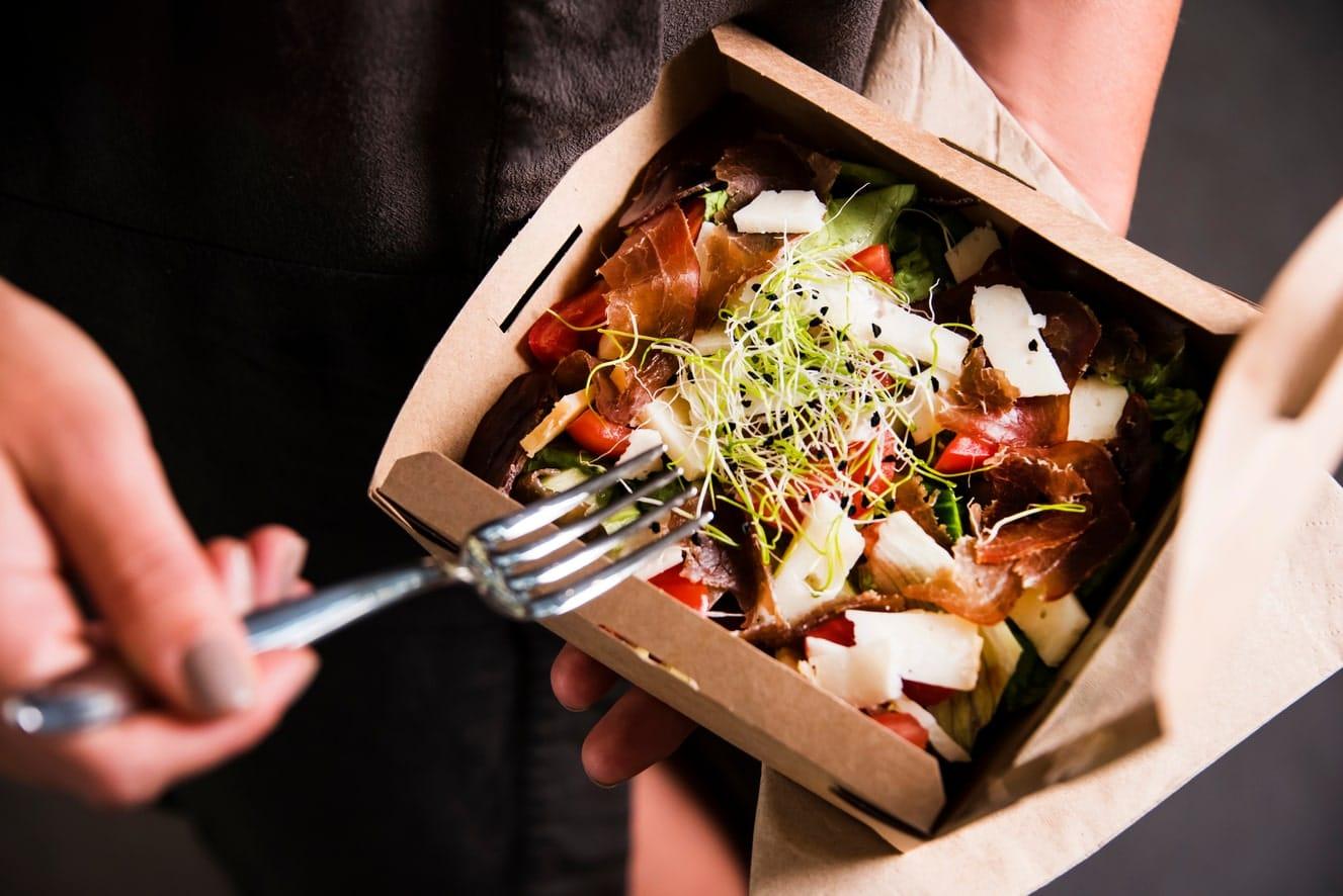 I rischi della consegna a domicilio.<br> Consumare al ristorante è di gran lunga più sano.<br> Se al governo sta a cuore la nostra salute, riapra subito i locali