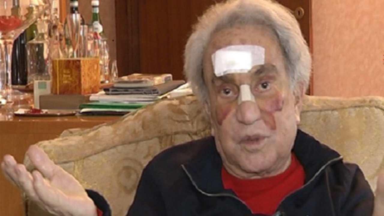 Lasciate in pace Emilio Fede. Siamo clementi con chi impugna il coltello, ma ci accaniamo con un 90enne infermo e a lutto