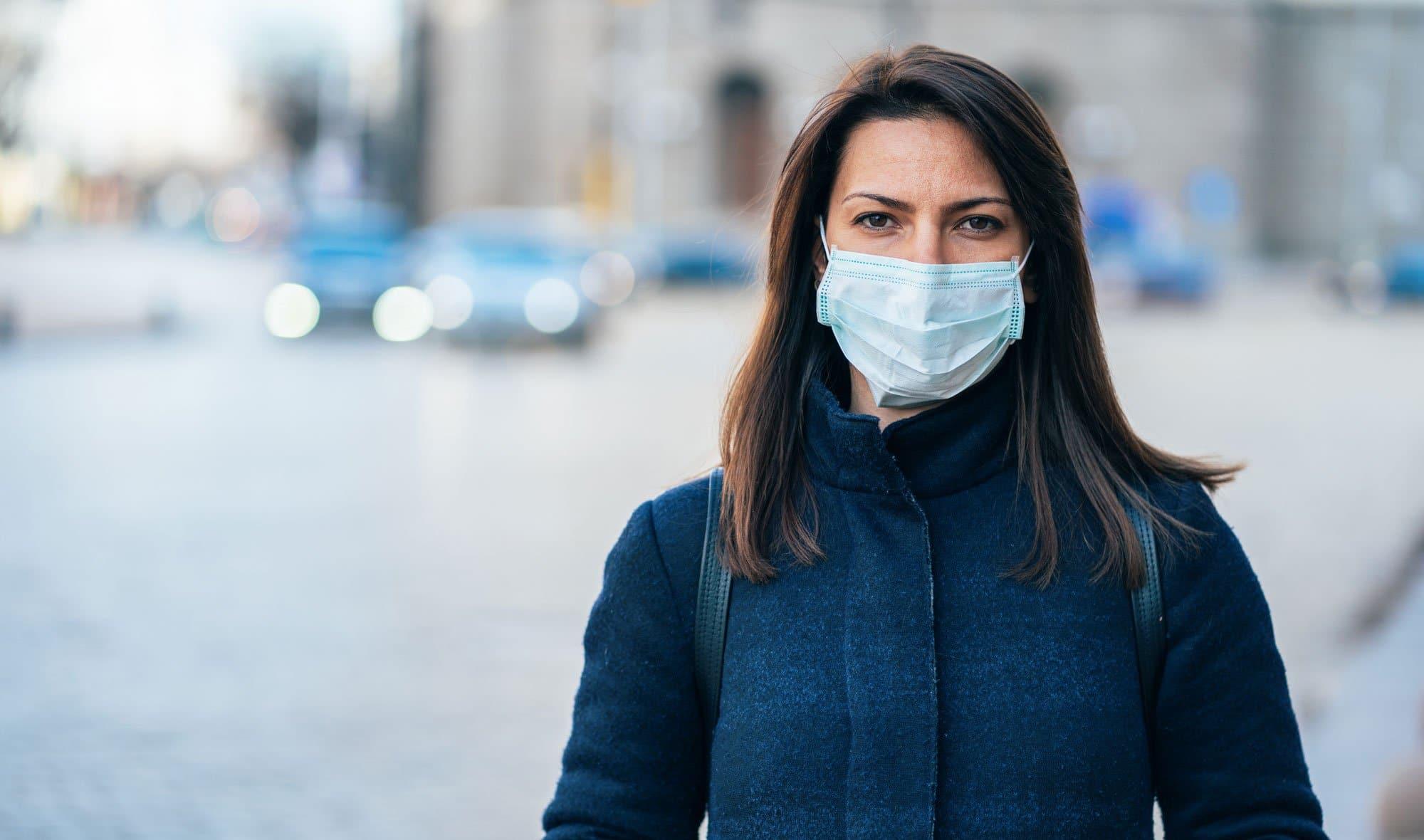 Finalmente ci permettono di respirare: da domani via la mascherina all'aperto. Ma chi soffre di fobia sociale continuerà ad usarla