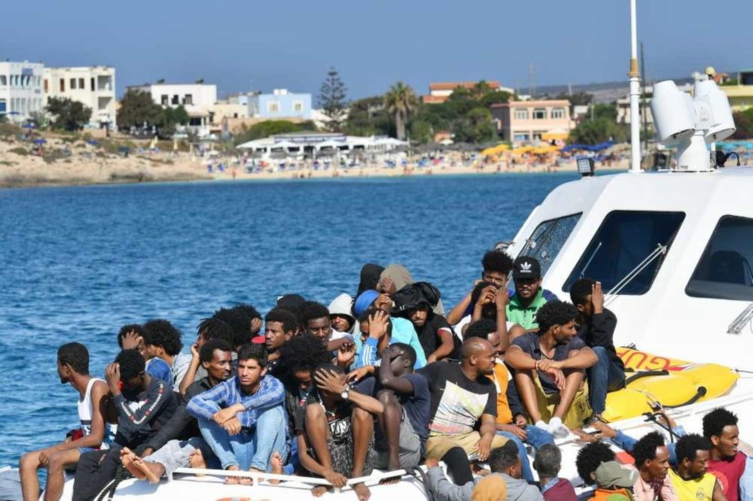 I clandestini ora siamo noi: i migranti viaggiano senza pass, gli italiani devono giustificare il rientro in patria. Dal primo gennaio sbarcati quasi 25 mila extracomunitari, soprattutto tunisini e bengalesi