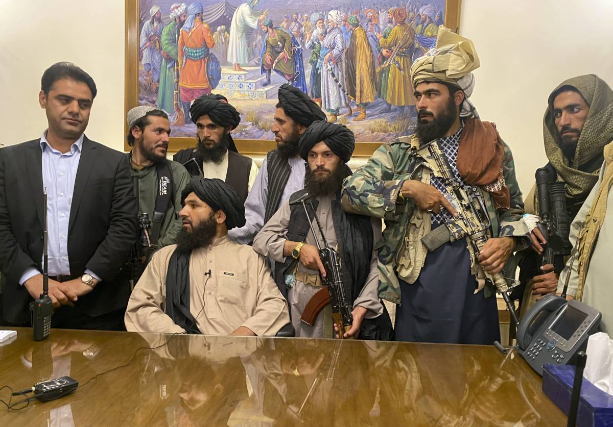 Quanto sono distensivi i talebani! Già cominciati rastrellamenti, esecuzioni, vendette, divieti. Donne uccise come insetti e per loro proibizioni folli, come quella di ridere o di fare rumore camminando